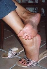 alex08 (J.Saenz) Tags: woman planta feet foot mujer shoes toe sandals nail tacos polish zapatos thongs pies heels pedicure tacones sole slides pieds mules dangling pintada slippers dedo scarpe sandalias schuh pooping toenail shoefetish esmalte ua tacchi fetichismo shoeplay podolatras