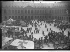 1915-07-12. Les autos ambulances russes aux Invalides, 12 juillet 1915 [vue gnrale] (foot-passenger) Tags: bibliothquenationaledefrance bnf gallica oldphoto 1915 ambulance france wwi worldwari