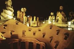 1997-11-22 Barcellona 29 Casa Mil (MicdeF) Tags: barcellona casamil geo:lat=4138506383 geo:lon=217340350 geotagged nikon novembre1997 scan scansione casamil dia diapositiva slide vecchiefoto