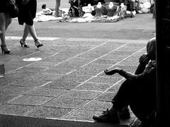 Ángulos opuestos (supernova.gdl.mx) Tags: mujer riqueza pobreza pordiosero
