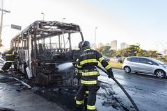 Incendio em onibus Marginal Tiete 12jul2016-163.jpg (plopesfoto) Tags: carros nibus fogo fumaa polcia incndio cet chamas bombeiros marginaltiet passageiros trnsito cobom