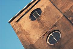 Windows #3 (Maxi Winter) Tags: windows summer building sommer fenster bluesky plaster nikond50 cracks t 90mm vacancy btiment blauerhimmel immeuble fentres putz fissures risse cielbleu leerstand crpi