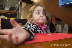 Deixa eu te explicar! (Stefan Lambauer) Tags: catharina explicando kid menina infant explaining stefanlambauer 2016 brasil brazil santos sopaulo br