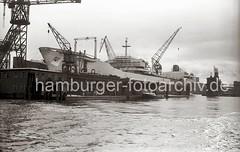 768_3 Die TINA ONASSIS läuft 1953 auf der Werft HOWALDSWERKE HAMBURG AG vom Stapel - das 236,40m lange und 29,10m breite Turbinentankschiff hat eine Tragfähigkeit von 49 722 t. (christoph_bellin) Tags: hamburg hamburger ag tina hafen elbe tanker onassis hansestadt flotte schiffbau werft reeder hafenstadt schiffswerft griechischen werften ausrüstungskai howaldswerke seeschiffhafen turbinentankschiff