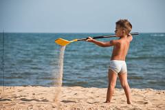 Buscando el tesoro. Un robado. (Carmen T. Chaguaceda) Tags: naturaleza mar agua juegos playa nios arena amarillo robados verarno juegolvm jackietesoro