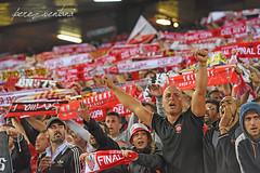 Sevillistas, en la derrota (Quico Pérez-Ventana) Tags: sevillafc fcbarcelona final copadelrey estadiovicentecalderón madrid fútbol sevillistas biris