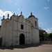 Em frente a igreja