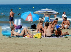 summer and freedom (sirbrio74) Tags: freedom spiaggia bagnanti mare sea topless
