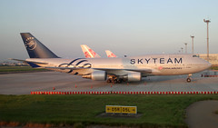 China Airlines B747-400 B-18211 in Skyteam colors at TPE/RCTP (Jaws300) Tags: tpe rctp taipei taiwan jumbo jet jumbojet boeing b747 b747400 b744 taoyuan international airport taoyuaninternationalairport b18211 china airlines 747400 ci cal dynasty skyteam sky team special cs colours colors paintjob paint scheme paintscheme apron stand remote parking parked gate terminal aircraft airplane plane chinaairlines