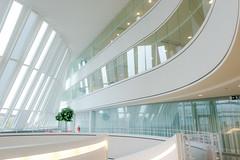 Stadthuis (Karl-Heinz Bitter) Tags: architektur holland nieuwegein stadthuis building gebude innenansicht innenarchitektur curves kurven linien licht light windows fenster glas netherlands khbitter karlheinzbitter weiss white