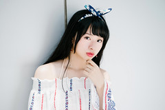 (I C E I N N) Tags: batis1885 carlzeiss e fe sony outdoor photoshoot asian girl moody gaze people urban portrait white red blue stripe dress fascinator hairband bowknot sonya7ii ilce7m2 85mm f18 dof  ling