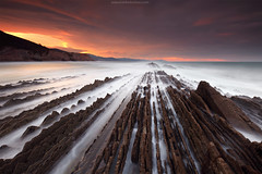 SEA NOSTALGIA (Obikani) Tags: itzurun zumaia gipuzkoa euskadi euskalherria basquecountry sea seascape water rocks lines vanishingpoint longexposure sunset gameofthrones location canonikos