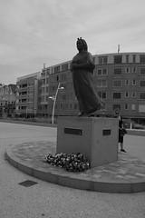 Waiting ... (RW-V) Tags: fujifilmxe2 fujinonxf1855mmf2840 monument statue gerardbakker ingelievaart scheveningen denhaag thehague lahaye thenetherlands paysbas nederland niederlande bw sw zw nb noiretblanc monochrome faith 80faves
