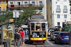 Le tramway de Lisbonne (hans pohl) Tags: portugal lisbonne tramway trains cities villes rues streets personnes people fentres windows houses maisons buildings btiments