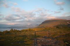 Abisko (ElenaSalom) Tags: abisko sole mezzanotte cielo nuvole sweden svezia luce ombra lago lapponia montagna nationalpark midnightsun paesaggio tornetrsk