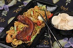 Bami-Goreng-met-speklapje uit de oven (Don Pedro de Carrion de los Condes !) Tags: donpedro donpedro'sfoodphotography d700 donpedroskitchen dinner dutch food foodphotography fx maaltijd malay indonesian indonesisch indonesia krupuk kroepoek speklapje fried knoflook pedis dadar eetstokjes bami bieslook gebakken peper pepers restaurant stokje chopsticks bahmi closeup eten macro mie nestje mienestje sliert slierten sliertjes presentatie dish batik bosui yummy avondpot cuisine beeldbank foodbeeldbank