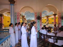 Een mis in de Cao Dai Temple (MTTAdventures) Tags: temple cao dai muziek