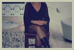 commentez sans retenue (soniainfidle) Tags: salon chaise moquette botte noir jupe mini top dcollet libertine petasse xx