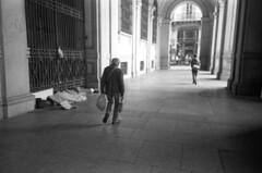 Torino (Valt3r Rav3ra - DEVOted!) Tags: lomo lomography lca lomolca torino streetphotography street sovietcamera 35mm analogico film ilfordhp5 bw biancoenero blackandwhite persone people valt3r valterravera visioniurbane urbanvisions italy