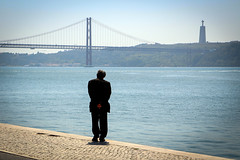 Introspection (Nadia L*) Tags: lisbonne pont bridge homme man seul alone solitude loneliness