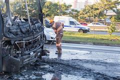 Incendio em onibus Marginal Tiete 12jul2016-110.jpg (plopesfoto) Tags: carros nibus fogo fumaa polcia incndio cet chamas bombeiros marginaltiet passageiros trnsito cobom