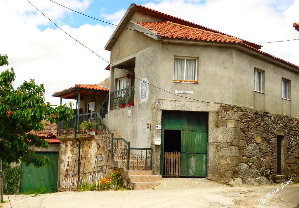 Águas Frias (Chaves) - ... casa na rua Central ...