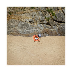 Playeando... (ngel mateo) Tags: ngelmartnmateo ngelmateo playadesomocuevas liencres cantabria espaa playa arena hombre tomandoelsol acantilado piedra toalla baador soledad spain beach sand man sunbathing towel swimsuit solitude stone cliff