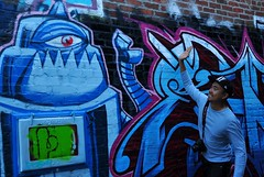 High Five Blues 五指藍 (sunflowers&bubbletea) Tags: blue streetart pose asian person graffiti robot alley wallart dude highfive interactive cameraman 人 人像 機器人 塗鴉 藍色 互動 大哥 攝影師 擺pose nikond90 擺姿勢 sunflowersbubbletea 噴漆藝術 噴漆劃 街道劃 國際兄弟姐妹節 happysiblingsday