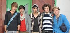 (One Direction Archive) Tags: smiling scarf bag posing tshirt hoody poppy jumper vest blackwatch hollister checked leatherbelt linksbracelet stripetop studdedleatherbelt zainmalik harrystyles louistomlinson liampayne niallhoran