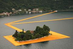 Плавучий пирс в Италии на озере Изео