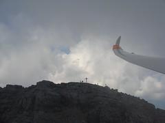 Ob das bei dem Wetter Spa macht? (Roland Henz) Tags: fliegen segelfliegen segelflug unterwssen dassu 2016 28082016 gipfel wolken bergsteiger loferersteinberge gipfelkreuz