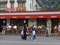 Two worlds meet in Interlaken (Daniel Brennwald) Tags: berneroberland interlaken niqab schweiz switzerland hooters
