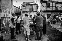 "... ""Gente en sitios"" ... (Lanpernas 2.0) Tags: gastronoma fiestaspopulares espaa cocina segovia sanlorenzo barrio agosto 2016 caldereta arquitecturapopular arquitectura hombres"