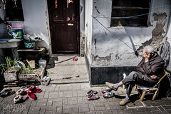Anciano de Suzhou (Damin Chiappe) Tags: asia china suzhou anciano sentado seor zapato shoe oldman viejo sit