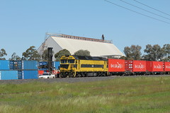 Waiting for the containers (james.sanders2) Tags: namoi cotton central west new south wales nsw railways diesel locomotive auscott siding ssr southern short haul railroad g class g511 warren branch line 8868n