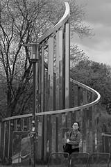 Lichtkinetische Spirale (04) BW (Rüdiger Stehn) Tags: 2015 europa kunst skulptur mitteleuropa deutschland germany norddeutschland schleswigholstein stadtmitte bauwerk stadt profankunst kunstwerk bronzestatue plastik metall edelstahl johannespeterhölzinger hermanngoepfert windkinetischeplastik menschen leute strase schwarzweis blackandwhite blackwhite bw 2000er kinetischekunst spirale monochrom lichtwirdobjekt canoneos550d kleinerkiel kiel