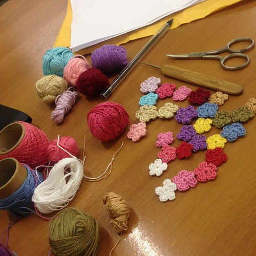 Aproveitando o horário de almoço!! #flores #croche #crochet #crochetdesign #artesanato #bymarleneSa