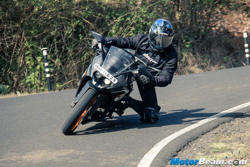 Pulsar-RS-200-vs-KTM-RC-200-02