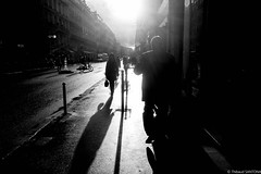 Quand perce le soleil (Maestr!0_0!) Tags: street light urban sun white black paris xpro noir fuji shadows rue blanc lumières ombres urbain
