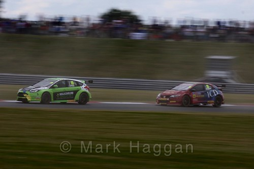 Stewart Lines and Martin Depper in Touring Car action during the BTCC 2016 Weekend at Snetterton