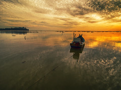 IMG_7783 ~ pagi di jubakar pantai (alongbc) Tags: fishingboat sunrise morning jubakar jubakarpantai canon eos700d canoneos700d canonlens 10mm18mm efs10mm18mm wideangle kelantan tumpat malaysia visitkelantan tourismkelantan travel places trip beach seascapes sea clouds sky