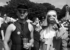 Ecwmwniaeth / Ecumanism - Brighton Pride, 2013 (Rhisiart Hincks) Tags: hwyl fun lloegr powsows england sasainn brosaoz ingalaterra angleterre inghilterra anglaterra  angletrra sasana  anglie ngilandi pride lgbt hoyw bi deurywiol trawsrywiol transexual lesbian hevelreviat gay festival gyl brighton hove sussex yfed edan boire eva drinking duagwyn gwennhadu dubhagusgeal dubhagusbn zuribeltz czarnobiae blancinegre blancetnoir blancoynegro blackandwhite  bw feketefehr melnsunbalts juodairbalta negruialb siyahvebeyaz rnoinbelo  mustajavalkoinen crnoibelo ernabl schwarzundweis paotred mutilak dynion men hommes fir gizonak bechgyn mecs boys guys lads