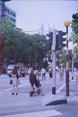 Ready, set... (ah.b ack) Tags: street light red film 50mm crossing superia voigtlander rangefinder 400 ready fujifilm f2 xtra ultron prominent