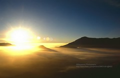 Gunung Bromo, Sunrise - Explore (blauepics) Tags: indonesien indonesia indonesian indonesische east java ostjava gunung bromo mount volcano vulkan meer sea clouds wolken morning mist morgennebel nebel mountain berg sonnenaufgang sunrise sun sonne light licht explore 1991
