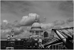 Saint Paul (Matteo Bersani) Tags: saintpaulscathedral london londra bwbwbnblackwhitebianconero milleniumbridge nuvole clouds architettura architecture sonyalpha a58