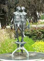 Stadtgarten, Schwbisch Gmnd (to.wi) Tags: schwbischgmnd gmnd remstal towi sehenswrdigkeiten kuss bronze brunnen paar liebespaar