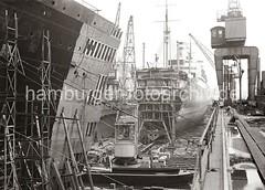 758_631 Schwimmdock der 1877 gegründeten Werft Blohm & Voss - Werftkräne stehen am Rand des Docks und transportieren Arbeitsmaterial zum Schiff. Im Vordergrund liegen ein Schwimmkran und eine Arbeitsschute. (christoph_bellin) Tags: dock hamburg hamburger hafen schiff elbe 1877 hansestadt schiffbau werft blohmvoss hafenstadt schwimmkran schwimmdock werften arbeitsmaterial transportieren werftkräne arbeitsschute gegründeten seeschiffhafen