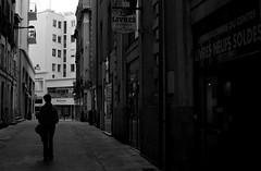 La vie en clair obscur (Marty Gazio) Tags: street noiretblanc femme nb ruelle rue nantes ville silouettes urbain