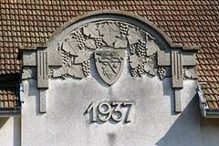 Marsannay-la-Cte / Groupe scolaire Paul Colnet (Charles.Louis) Tags: bourgogne ctedor marsannaylacte fronton sculpture vigne raisin armoiries blason
