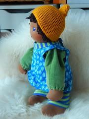 Fr Milo_29042016_kompl bekl seitl stehend (Puppenhandwerk Prsch) Tags: clothdoll waldorfdoll steinerdoll cuddledoll ecologicaldoll organicdoll handcrafted dollmaker dollmaking doll companiondoll darkskinneddoll africandoll